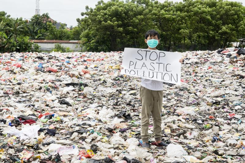L'adolescent masculin stocke le texte en plastique de pollution d'arrêt photos libres de droits