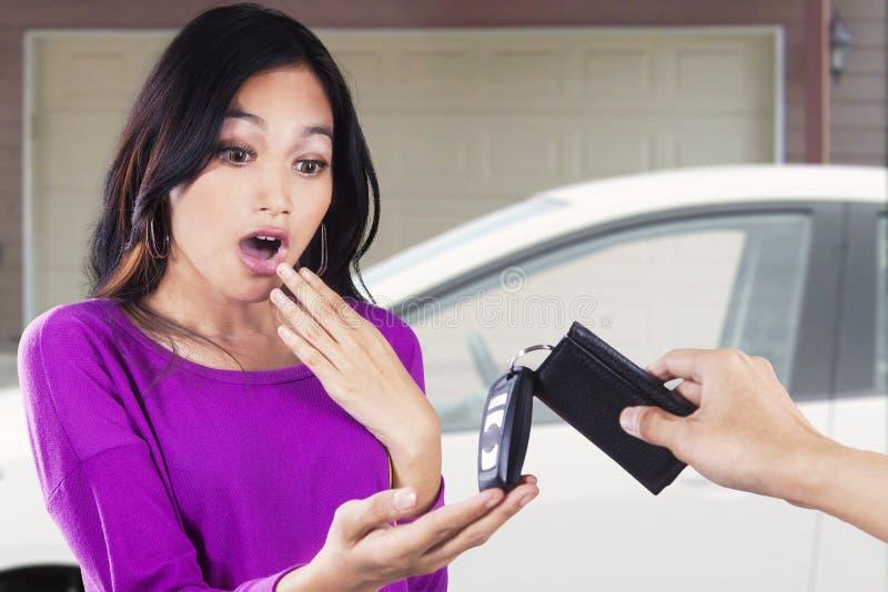 L'adolescente asiatique prend une nouvelle voiture photo stock