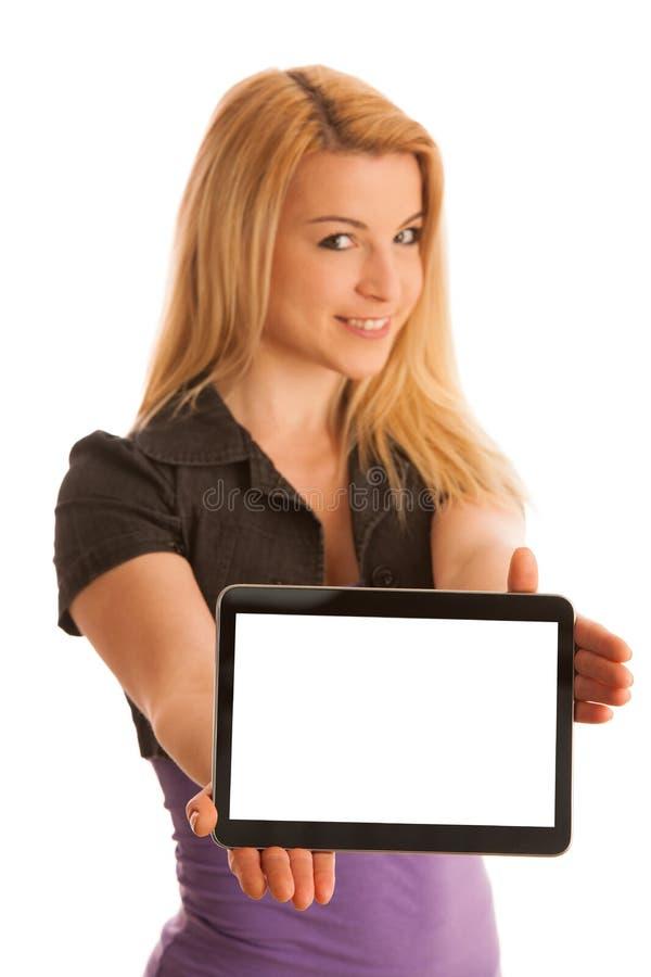 L'adolescente biondo sveglio allegro con il computer della compressa ha isolato la o immagine stock libera da diritti