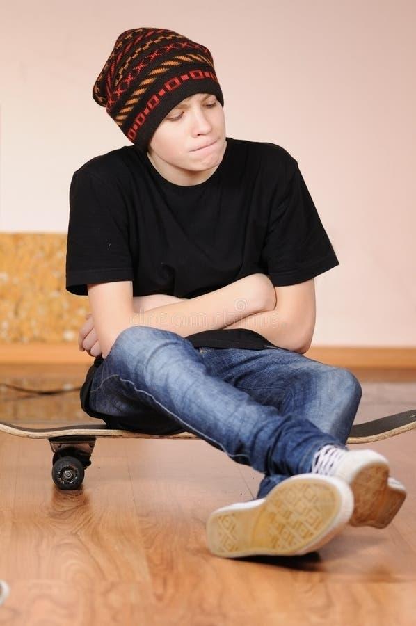 L'adolescente con un pattino fotografia stock