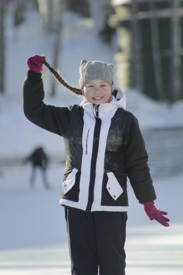 L'adolescente de portrait avec l'hiver de port pigtailed vêtx en hiver dehors photographie stock