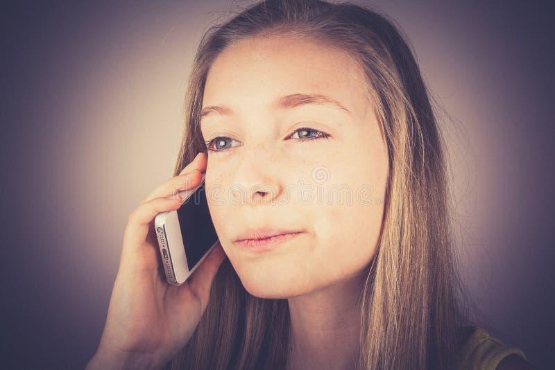 L'adolescente de portrait a téléphoné outragé, effet de grain photos libres de droits
