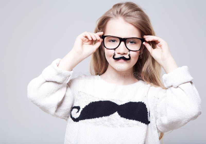 L'adolescente del ute del  di Ñ indossa i vetri dell'occhio immagini stock libere da diritti