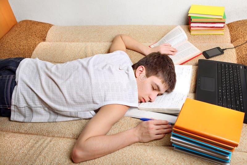 L'adolescente dorme dopo l'apprendimento fotografia stock libera da diritti