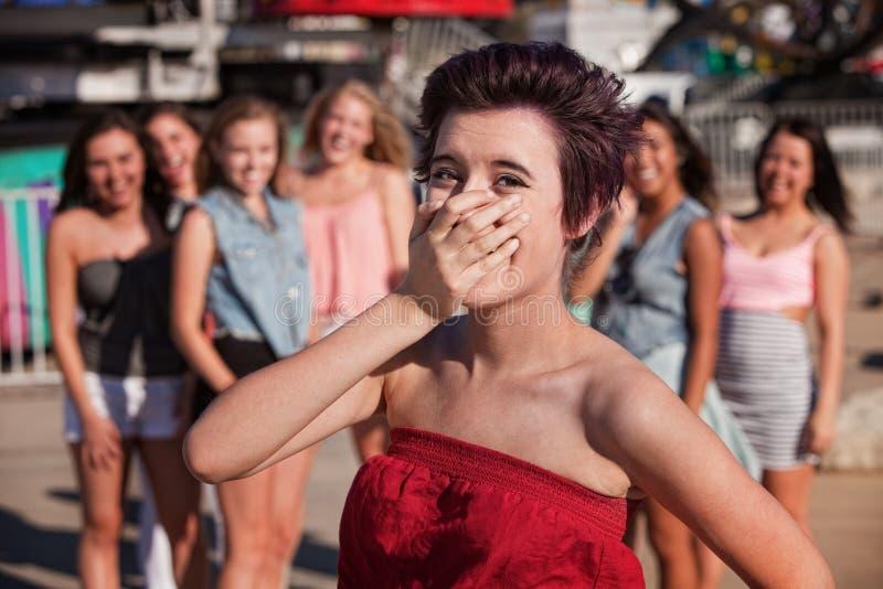 L'adolescente riante couvre sa bouche photographie stock