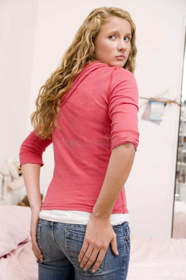 L'adolescente s'est inquiétée de la taille de elle derrière photo libre de droits