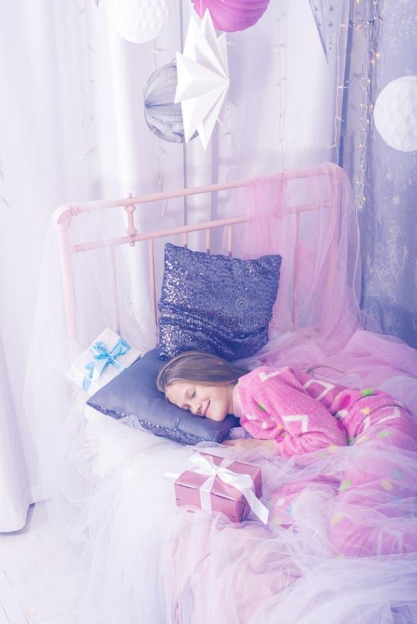 L'adolescente sorridente sta dormendo dolce in Natale immagine stock libera da diritti