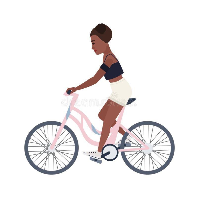 L'adolescente sorridente sveglio si è vestito in breve e la bicicletta superiore di guida Bici rosa pedaling del ciclista femmini royalty illustrazione gratis