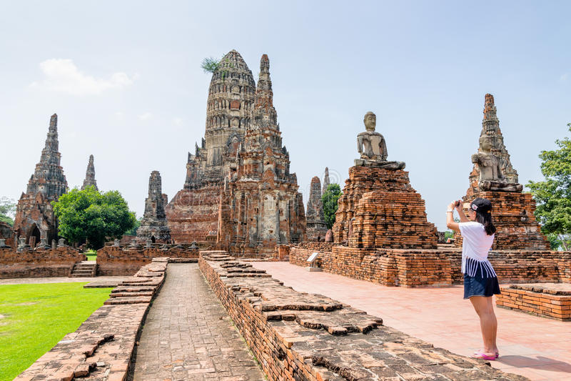 L'adolescente turistico prende una foto immagini stock libere da diritti