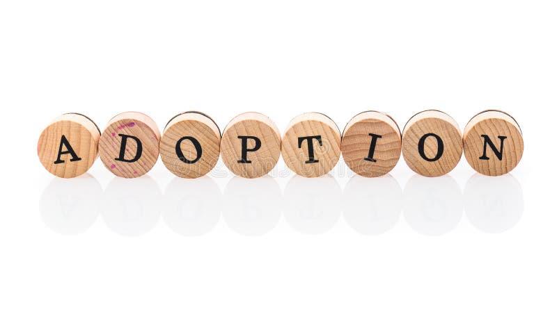 L'adoption de Word des tuiles en bois circulaires avec des enfants de lettres jouent photographie stock