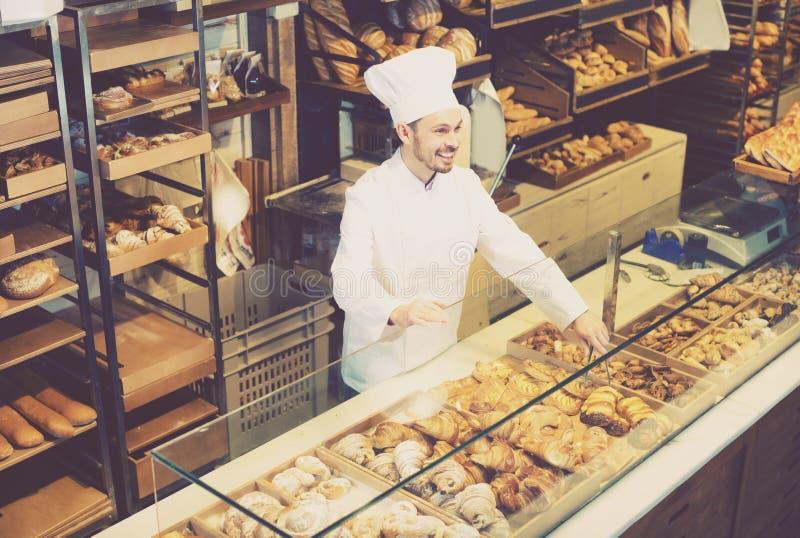 L'adulte offre le petit pain savoureux frais photos libres de droits