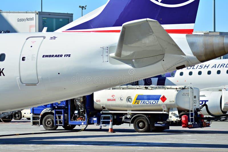 L'aereo all'aeroporto su caricamento Linea piana LOTTO di PLL all'aeroporto a Varsavia fotografia stock libera da diritti