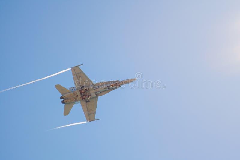 L'aereo da caccia vola vicino sopra la SPIAGGIA MUNICIPALE SAN Diego California di CORONADO durante l'estate immagini stock libere da diritti