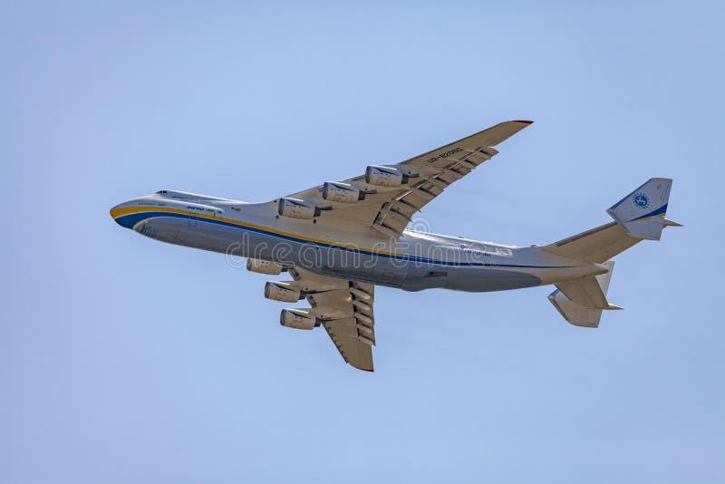 L'aereo da trasporto, Antonov 225 Mriya vola nel cielo immagine stock