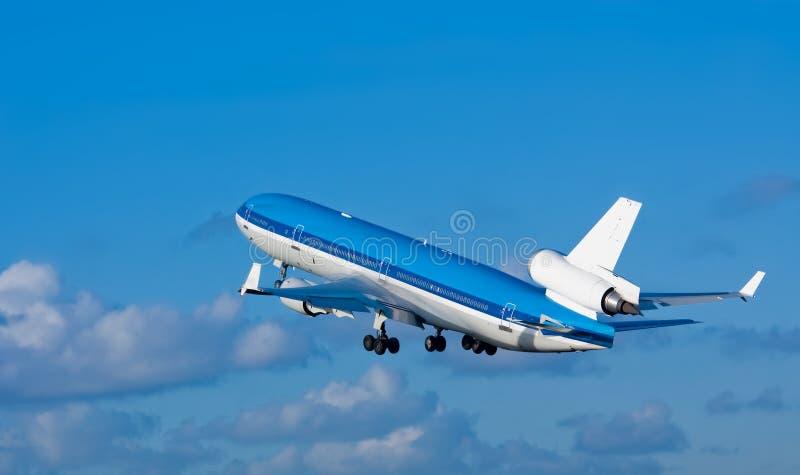 L'aereo decolla fotografie stock libere da diritti