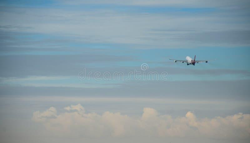 L'aereo decolla fotografie stock