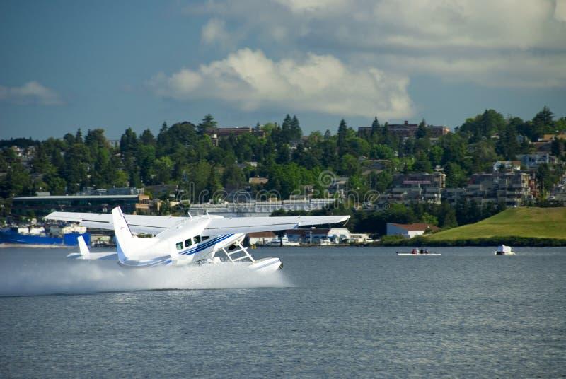 L'aereo del mare decolla immagine stock