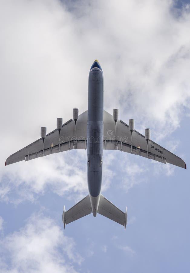 L'aereo di Antonov An-225 Mriya decolla dal airpor di Gostomel immagini stock
