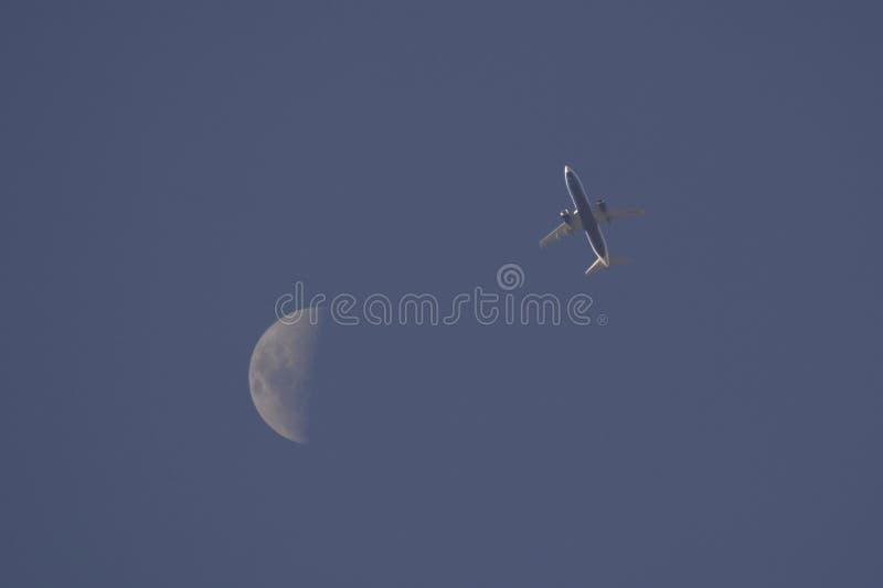 L'aereo di linea commerciale vola dopo la luna immagini stock libere da diritti