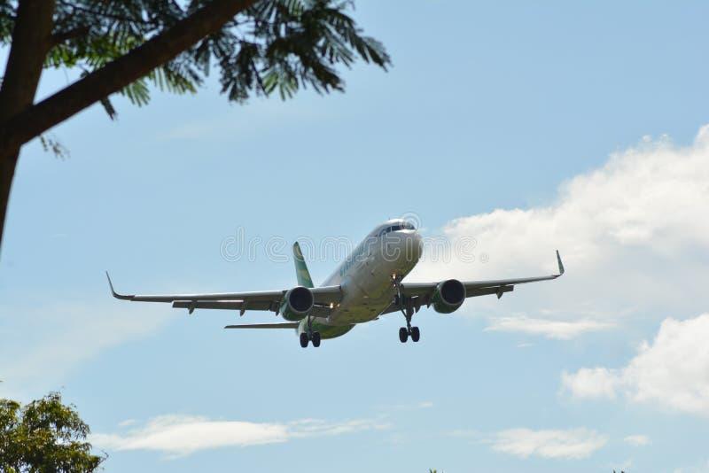 L'aereo di linea moderno decolla dall'aeroporto fotografia stock