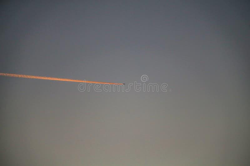 L'aereo ha fatto una coda lunga nell'aria fotografia stock