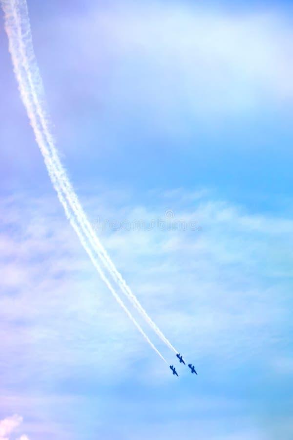 L'aereo nel cielo fotografie stock libere da diritti