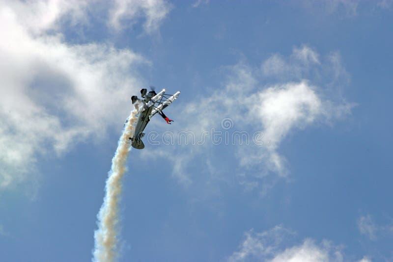 L'aereo si arrampica nel ciclo - traversi il camminatore volando fotografia stock libera da diritti