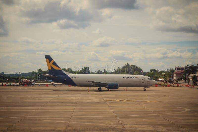 L'aeroplano dell'Asia di K-miglio sta parcheggiando all'aeroporto L'aria di K-miglio è una linea aerea del carico da fornire sia  fotografia stock