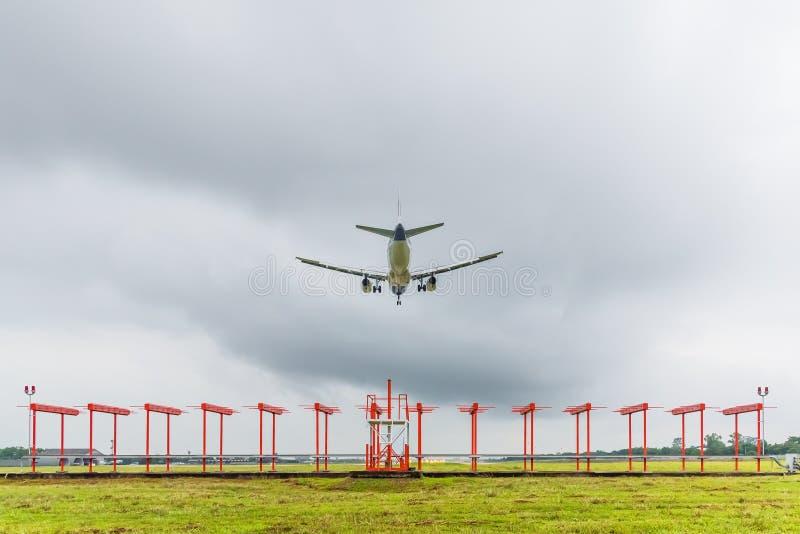 L'aeroplano sta atterrando all'aeroporto prima dell'avvicinamento della tempesta immagini stock