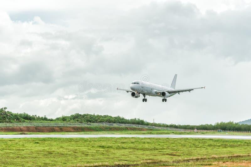 L'aeroplano sta atterrando sull'aeroporto prima di un avvicinamento della tempesta fotografie stock