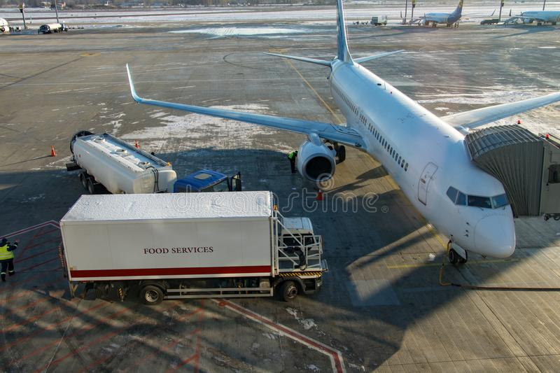 L'aeroplano sta su una pista e prepara per il volo fotografia stock libera da diritti
