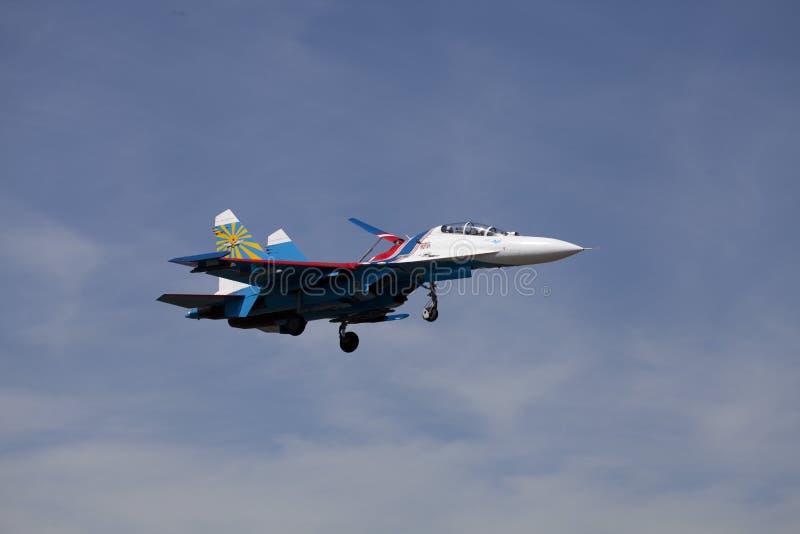 L'aeroplano Su-27 del Russo acrobatici del gruppo Knights immagine stock
