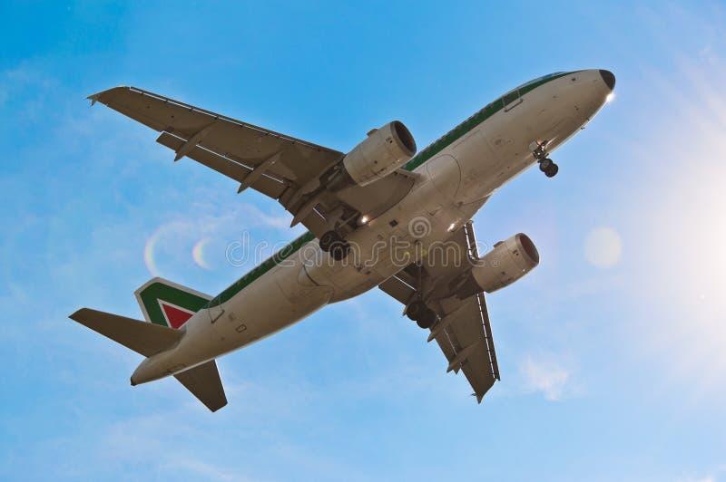 L'aeroplano toglie lassù immagine stock