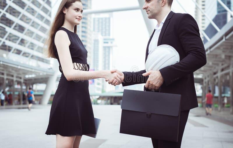 L'affare accoglie favorevolmente il socio commerciale che stringe le mani, stretta di mano della gente immagini stock libere da diritti