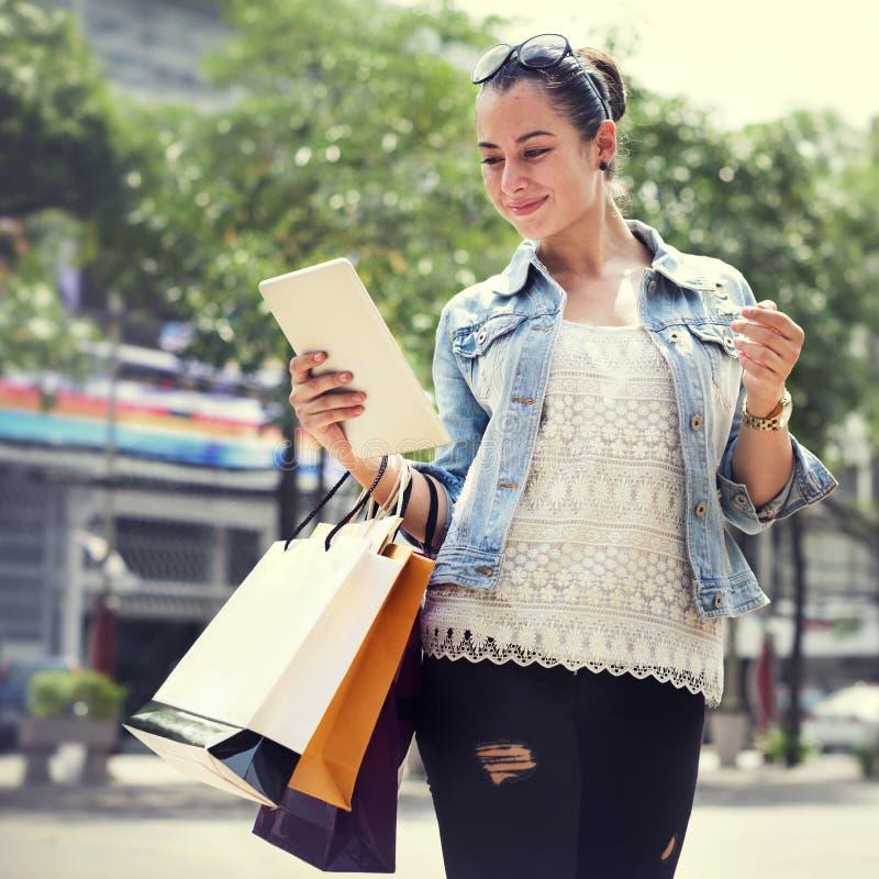 L'affare di mobilità di acquisto della ragazza delle donne della donna insacca il concetto fotografia stock