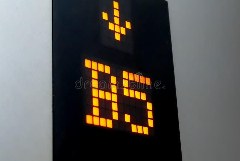 L'affichage numérique montrant B cinq parquettent le nombre à l'intérieur de l'ascenseur images libres de droits