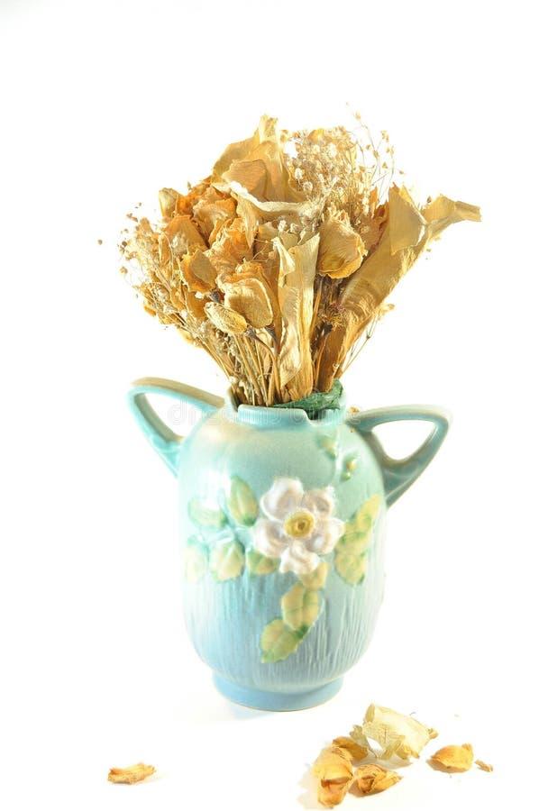 L'affiche d'un vase antique et de épouser sec fleurit le bouquet image stock