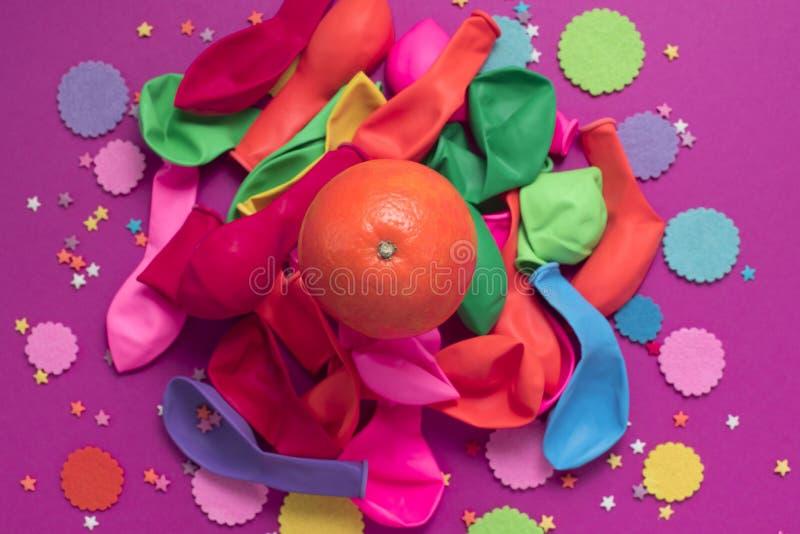 L'affiche de fête monte en ballon l'ultraviolet orange de fond de carnaval de confettis photographie stock libre de droits