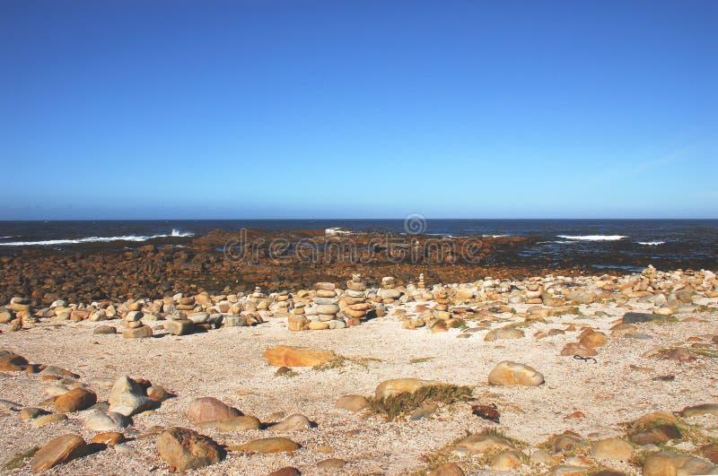 L'Africa il Capo di Buona Speranza, pietre accatastate dai turisti fotografie stock libere da diritti