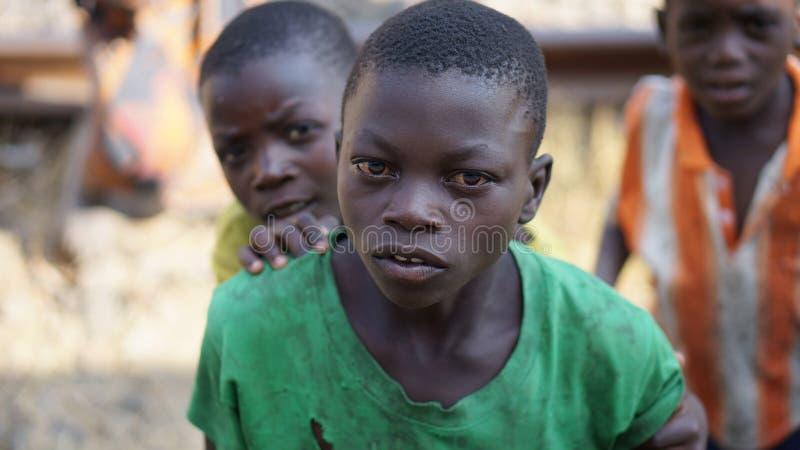 L'Africain éditorial de photo a privé l'enfant scrutant par les fenêtres d'un train de voyageurs, photographiées en octobre 2014  images libres de droits