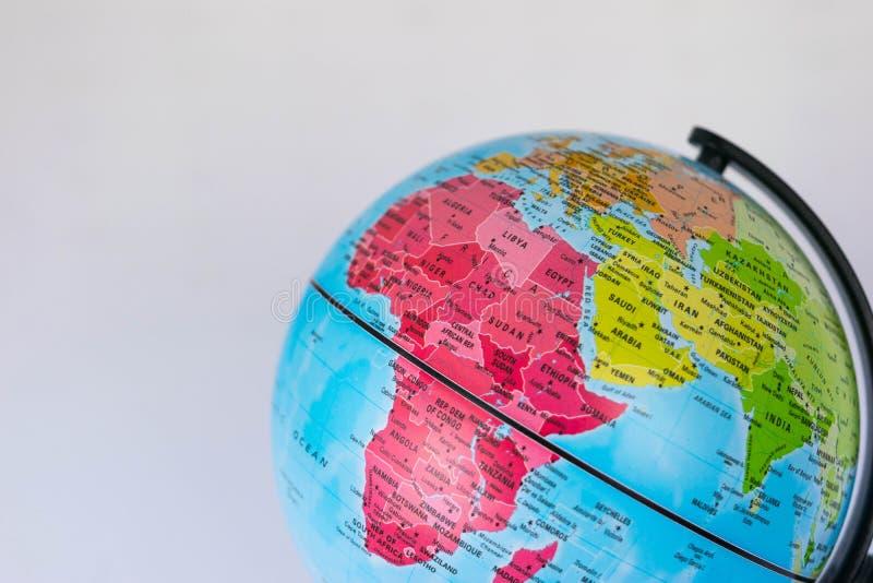 L'Afrique, Moyen-Orient et Inde tracent sur un globe avec un fond blanc photographie stock libre de droits