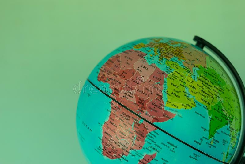 L'Afrique, Moyen-Orient et Inde tracent sur un globe avec un fond blanc image stock