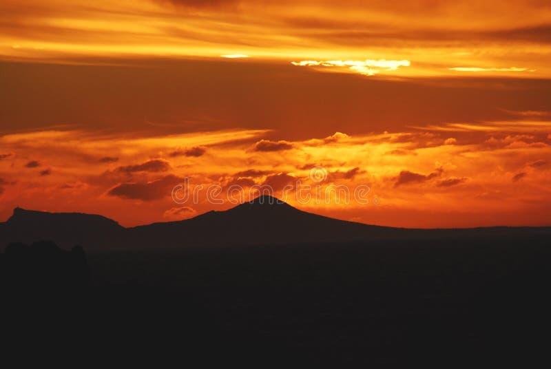 L'Afrique Suneet glorieux au-dessus de montagne de Tableau de Rooi Els, sud photos stock