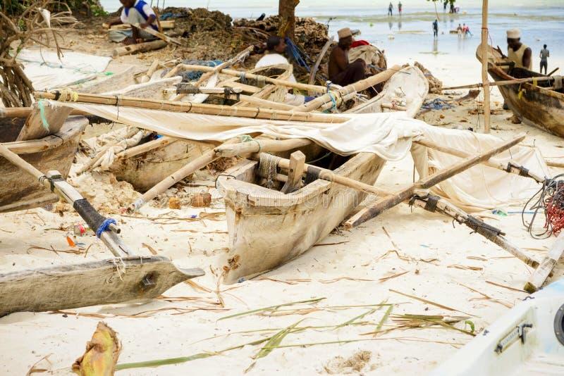 L'Afrique, Tanzanie, île de Zanzibar Vieux bateau de pêche sur la plage images stock