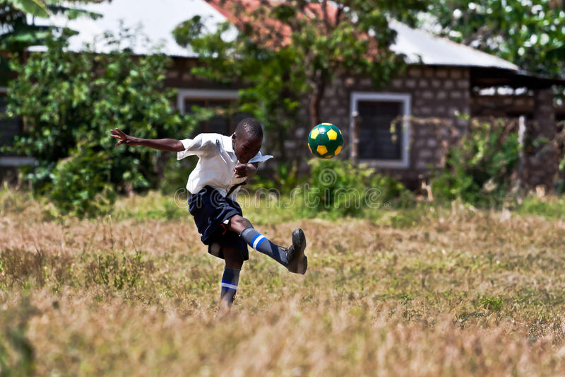 l'Afrique, type kenyan jouant au football photos stock