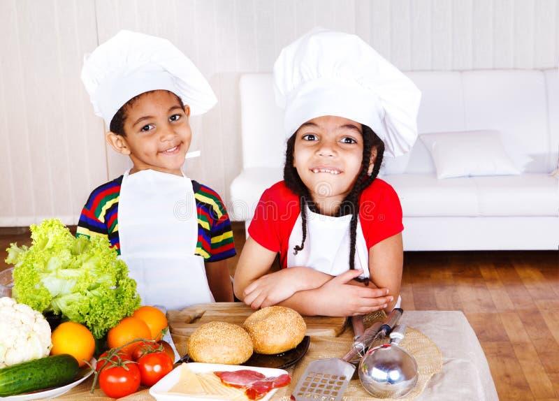 L'afroamericano sveglio piccolo cucina immagini stock libere da diritti