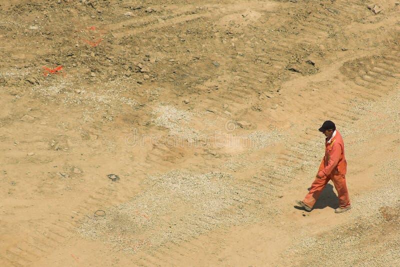 L'agent de maîtrise marche par le chantier de construction image libre de droits