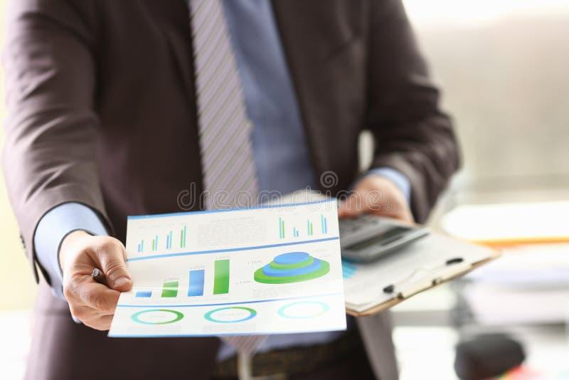 L'agent de réservations font l'argent de consultation de revenu de calcul du travail photographie stock