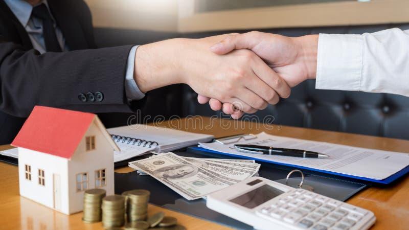 L'agente immobiliare che dà la casa chiude a chiave la proprietà di accordo del segno del cliente da vendere, comprante e vendent immagine stock libera da diritti