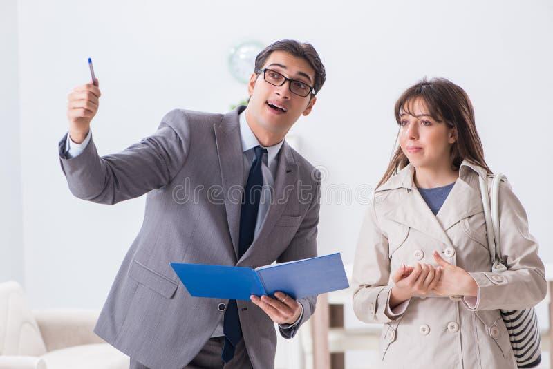 L'agente immobiliare che mostra la nuova proprietà dell'appartamento al cliente fotografie stock